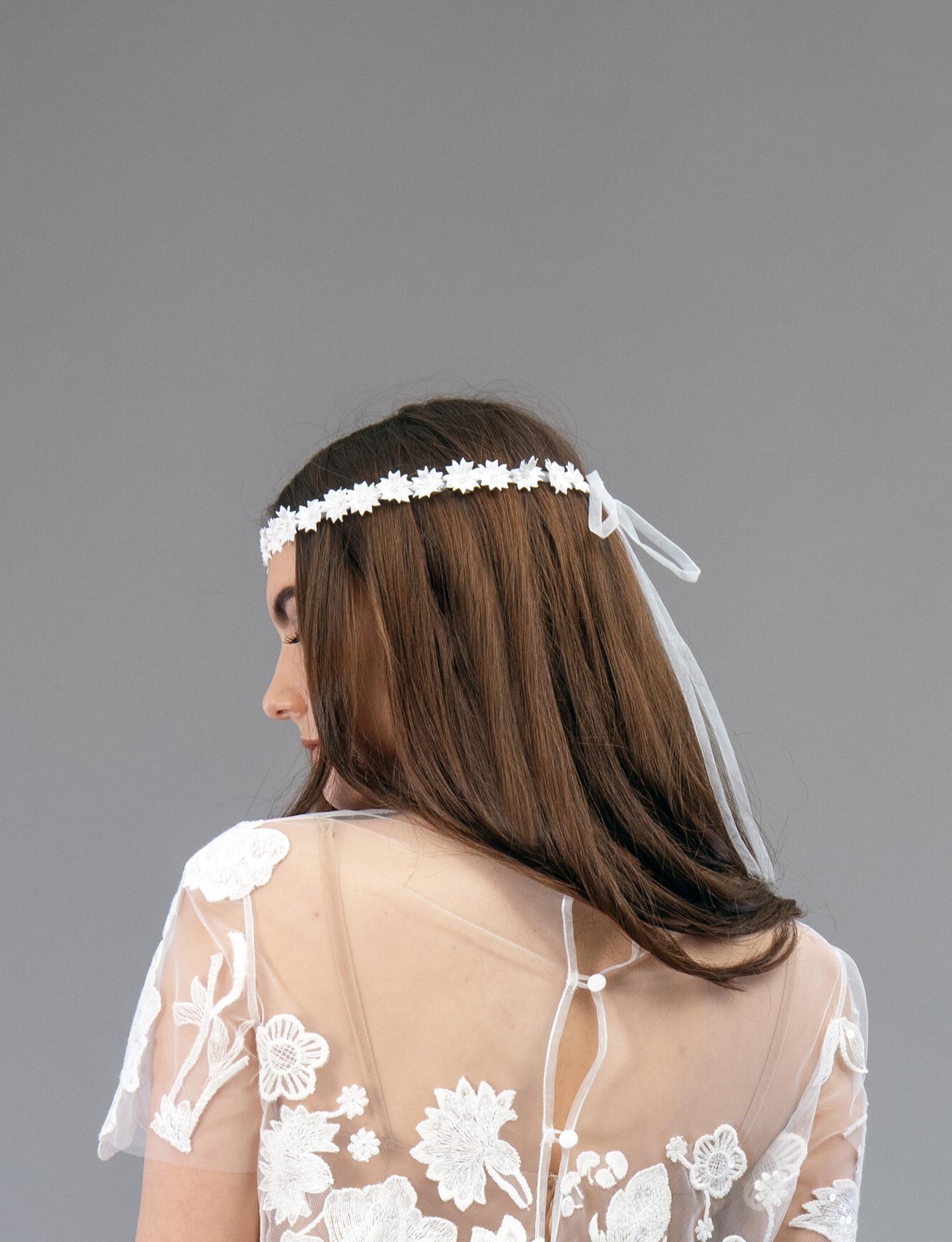 Accessoire de robe de mariée à Marseille par Belle en soie Couture | couronne Marguerite