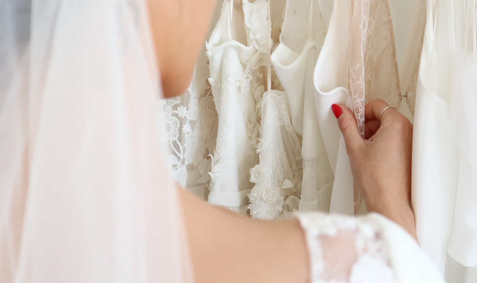 Création de robe de mariée à Marseille | Essayage