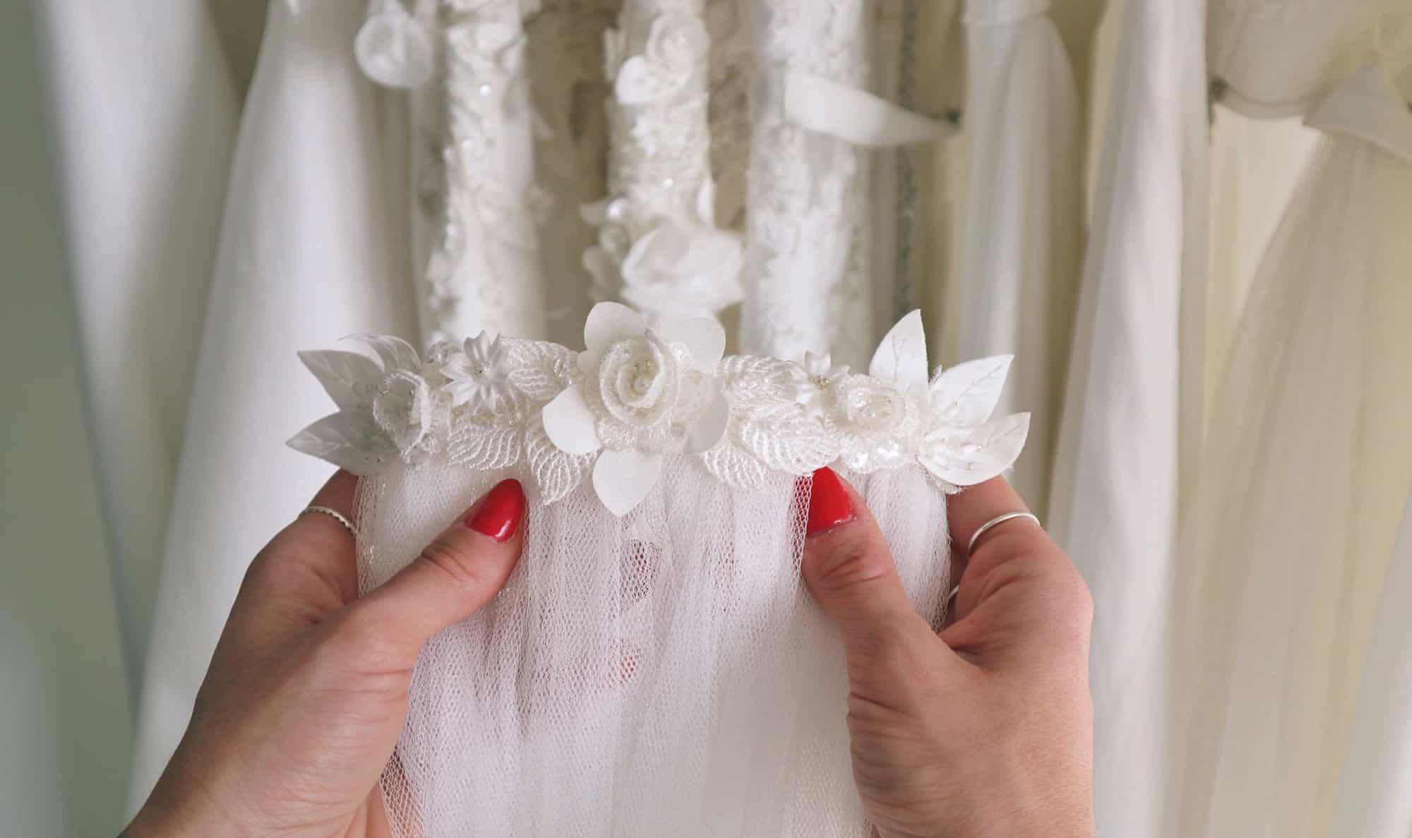 Création de robe de mariée à Marseille | Bijoux de tête
