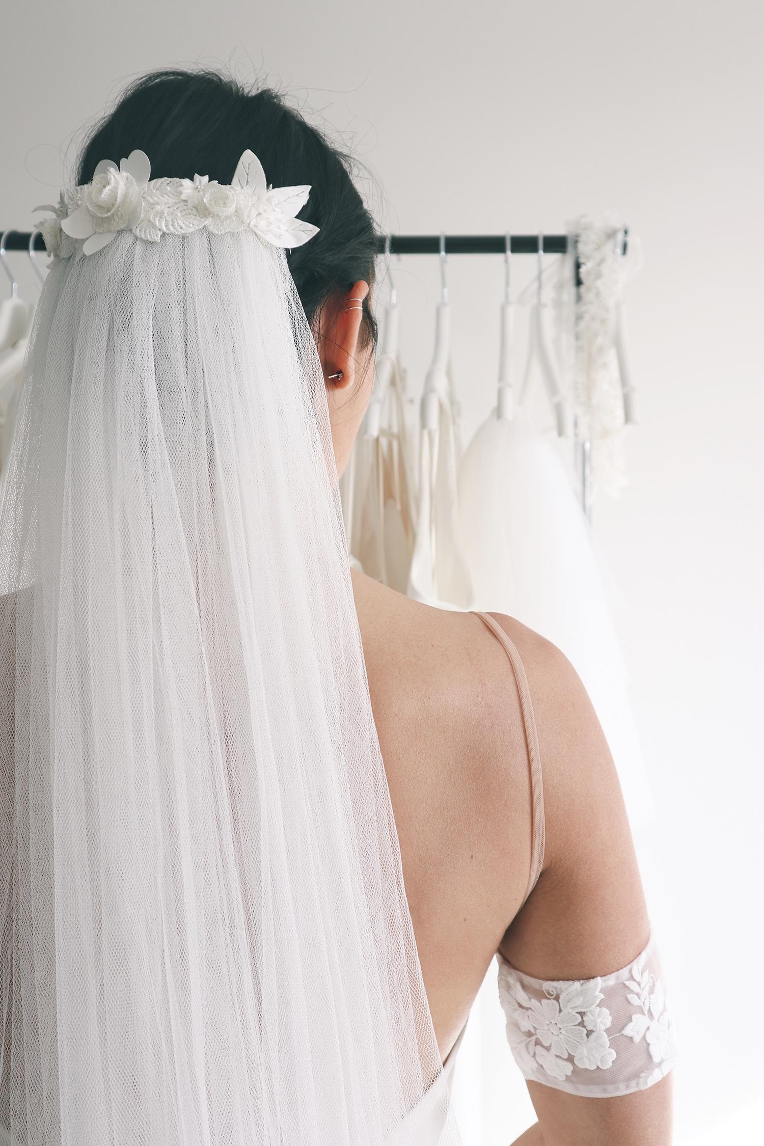 Accessoire de robe de mariée à Marseille par Belle en soie Couture | bijoux de tête Pensée