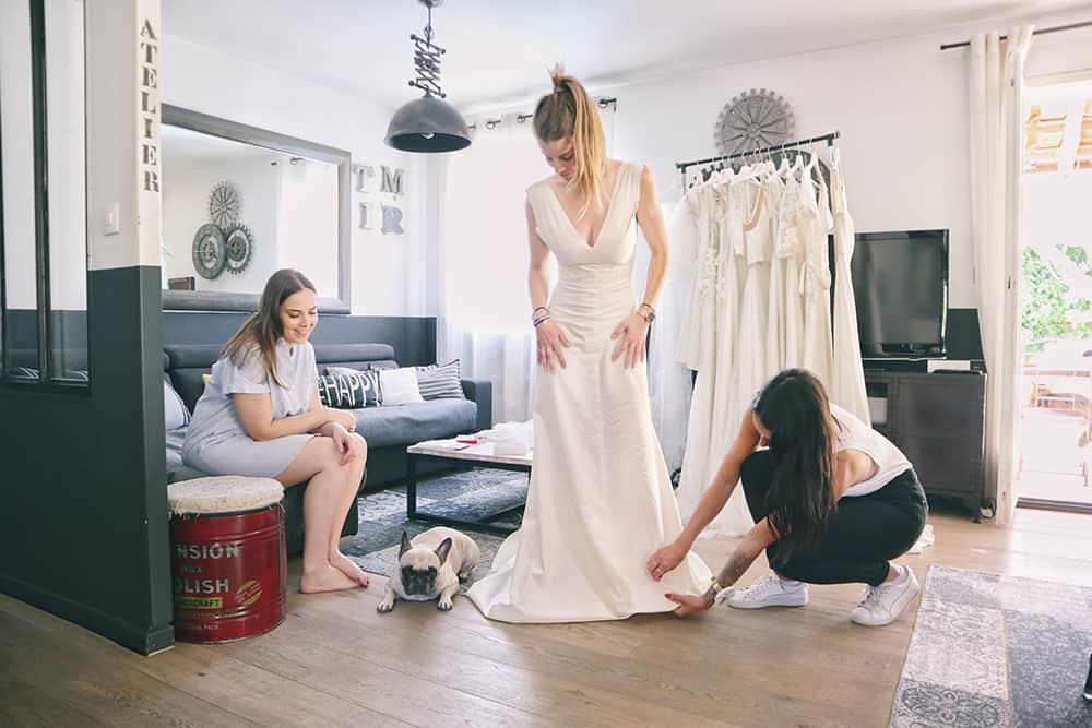 Robe de mariée à Marseille par Belle en soie Couture | Le premier essayage de votre robe de mariée